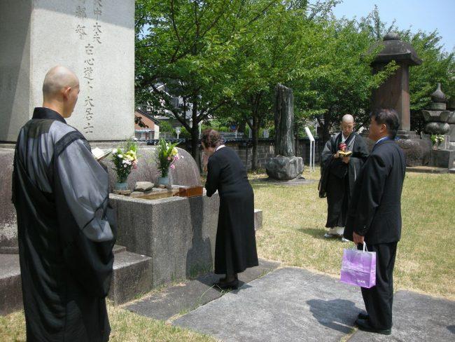 長政公墓前での参詣者焼香
