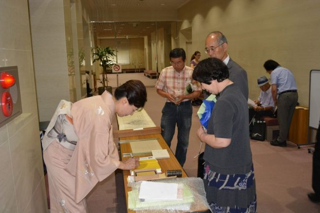 著書「野村望東尼」に署名される谷川先生