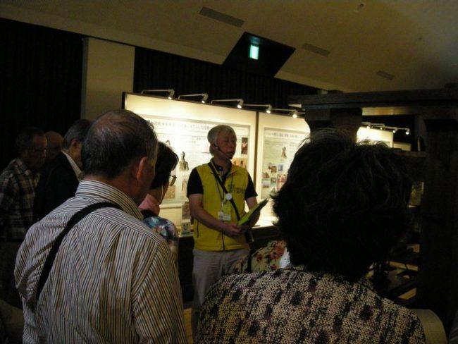有馬キリシタン遺産記念館でガイドさんの説明を聞く参加者