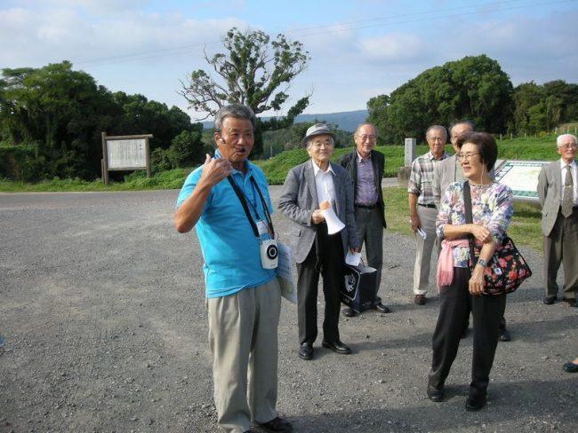 原城跡でガイドさんの説明を聞く参加者